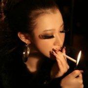 qq女生抽烟的头像:爱的太深,容
