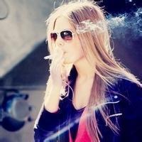 抽烟女生qq头像:爱情:溺水三千只取一瓢饮