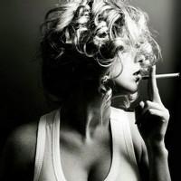 qq头像黑白女生抽烟:有你的爱在心间