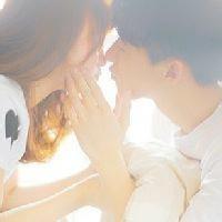 qq男女接吻情侣头像:眼睛近视