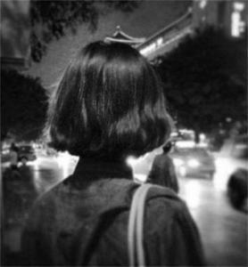 qq黑色背影头像女生:春的影子还未走远