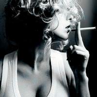 qq头像女生吐烟:爱情很简单