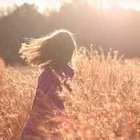 qq头像女生孤独背影:我是你窗前的风铃