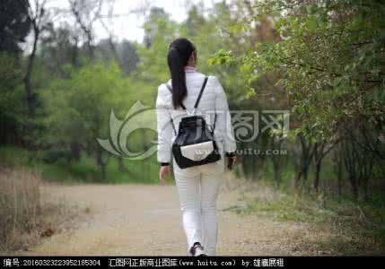 qq头像背影女生走路的:爱就一个字