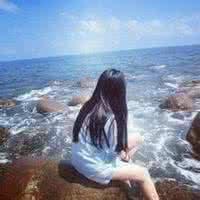 qq头像女生背影坐着:多想看到你的笑容