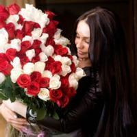女生拿玫瑰花qq头像:春过枝头花