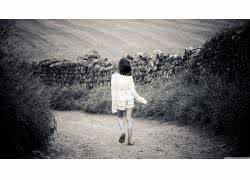 qq头像女生走路背影:爱的路上风雨同舟