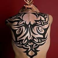 qq头像背纹身的:人生的大部份时间里