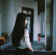 qq头像背影伤感黑白:学一首情歌唱给你听
