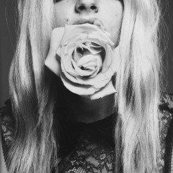性感逗比QQ女生头像黑白:做一个纯简的人